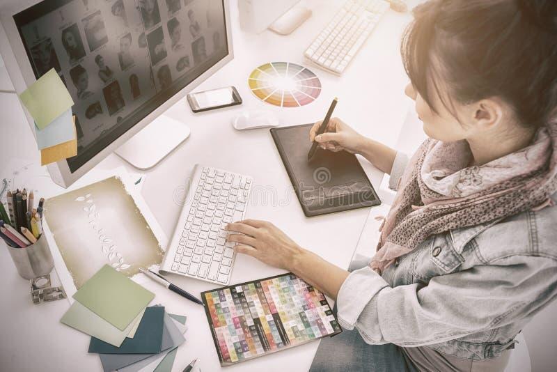 Kunstenaarstekening iets op grafische tablet op kantoor royalty-vrije stock afbeelding