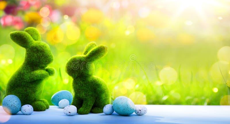 Kunstfamilie Osterhase und Ostereier; Glücklicher Ostern-Tag; lizenzfreie stockfotografie