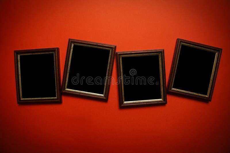Kunstfelder auf roter Wand stockfoto