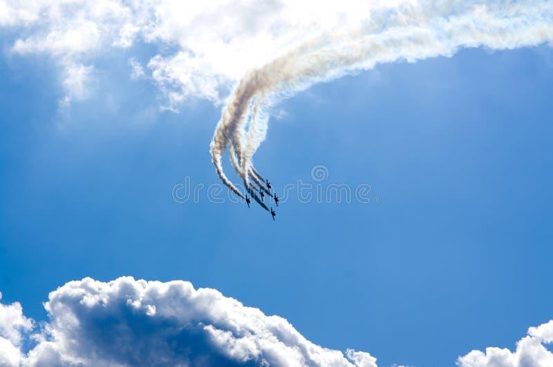 Download Kunstfliegen stockfoto. Bild von himmel, luft, blau, höhe - 27735472