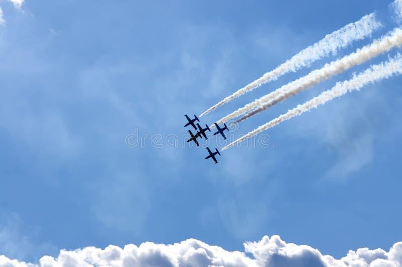 Download Kunstfliegen stockfoto. Bild von umstellung, pilot, höhe - 27735514