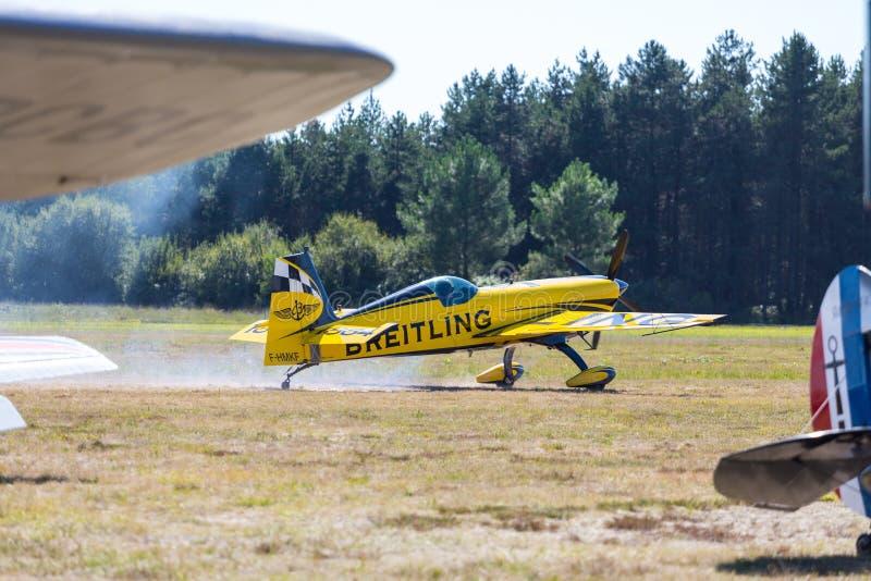 Kunstfliegen gelbe flache tae weg lizenzfreie stockbilder