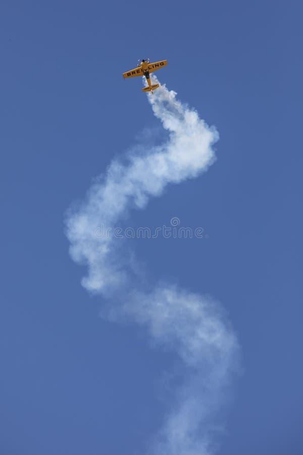 Kunstflugmaschine-Korkenzieher lizenzfreie stockfotos