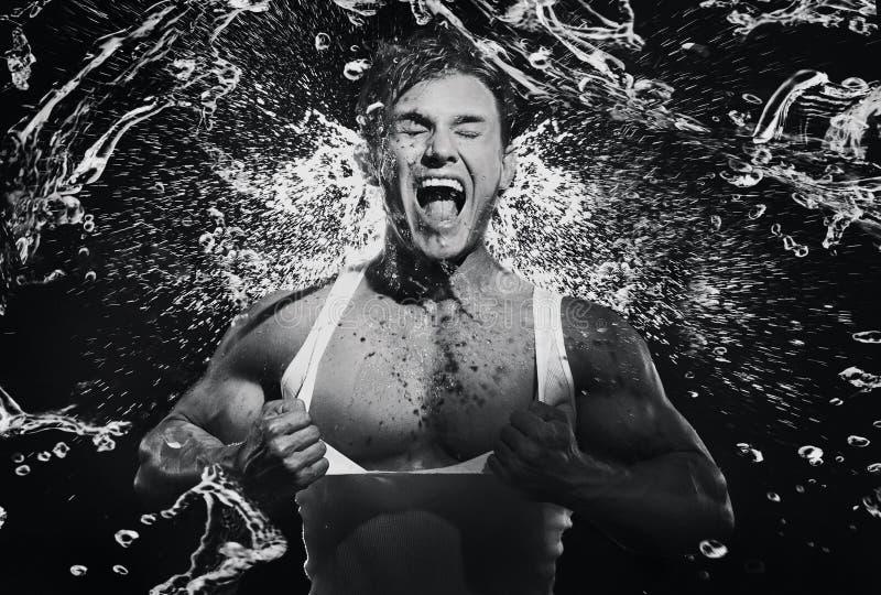 Kunstfoto eines jungen schreienden starken Manns stockfotos