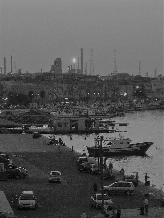 Kunstfoto in Schwarzweiss - Fischereihafen Tarantos lizenzfreie stockbilder