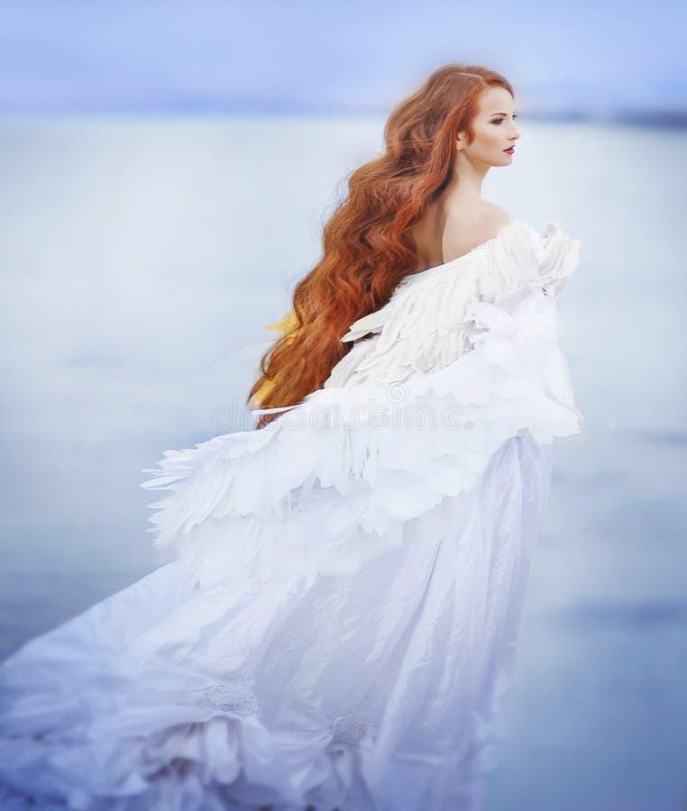 Kunstfoto van een vrouw in witte kleding als engel stock fotografie