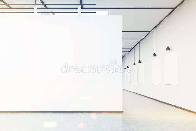 Kunstgalerie met grote witte gestemde muur en beelden, royalty-vrije stock fotografie