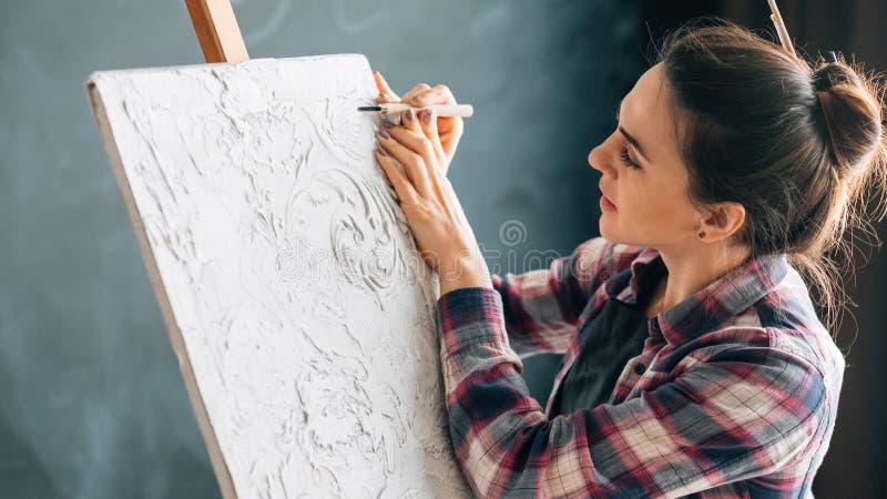 Kunsthandwerkshobbyfreizeitlebensstil-Frauenschnitzen lizenzfreie stockbilder