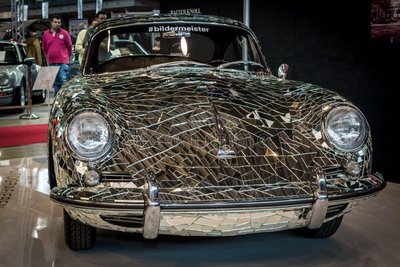 Kunstinstallation ` Spiegel-Auto ` basiert auf Porsche 356 vom Künstler Gustav Troger Mirrorman stockfotografie