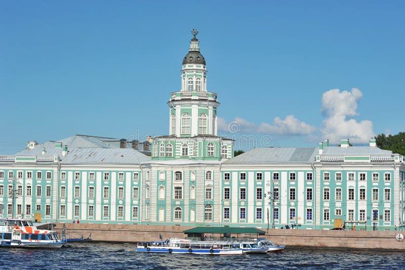 Kunstkamera muzeum w Petersburg na Uniwersyteckim emb obrazy stock