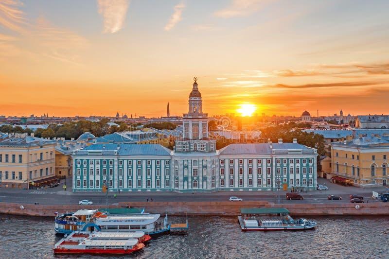 Kunstkamera sur le remblai de la rivière Neva, coucher du soleil de fond une soirée d'été photos libres de droits