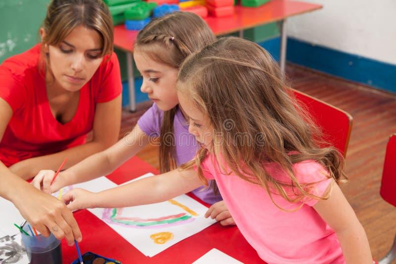 Kunstklasse in kleuterschool royalty-vrije stock afbeeldingen