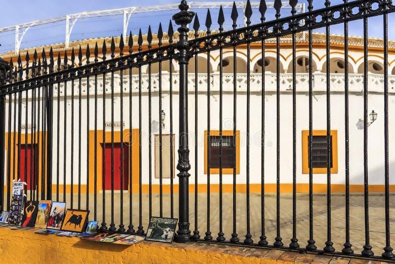 Kunstmalereien im Verkauf als Erinnerungsstücke außerhalb Des Sevilla Plaza de Toros lizenzfreies stockbild
