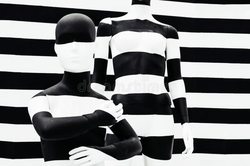 Kunstmannequin-Schwarzweiss-Streifen, auf gestreiftem mit Schwarzweiss-Streifen verkleidung stockfotografie