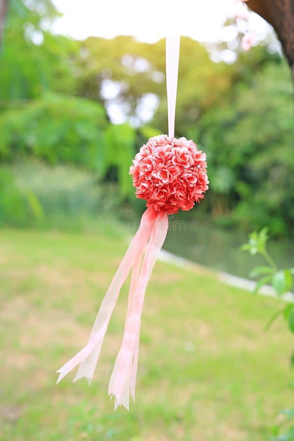 Kunstmatig Bush van decoratie nam hangend in het aardpark toe Huwelijk decoratief in de groene tuin openlucht royalty-vrije stock afbeelding