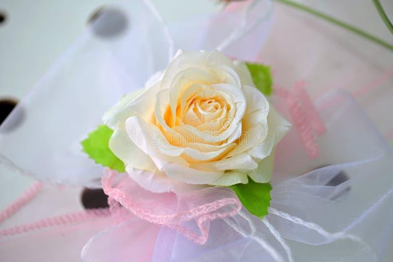 Kunstmatig nam decoratie op een bruid` s kleding toe stock foto's