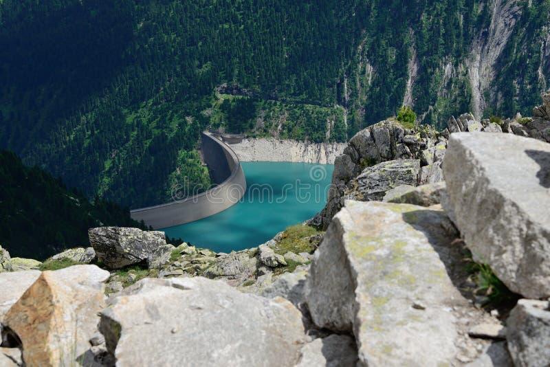 Kunstmatig reservoir met stapstenen bij voorzijde stock afbeeldingen