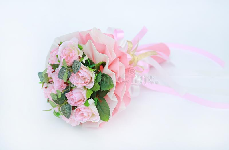 Kunstmatig roze rozenboeket op witte achtergrond stock foto
