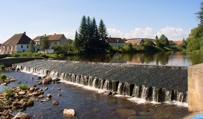 Kunstmatig sluis en dorp op de Otava-rivier, bespattend bevroren water, schoonheid van Tsjech royalty-vrije stock afbeeldingen