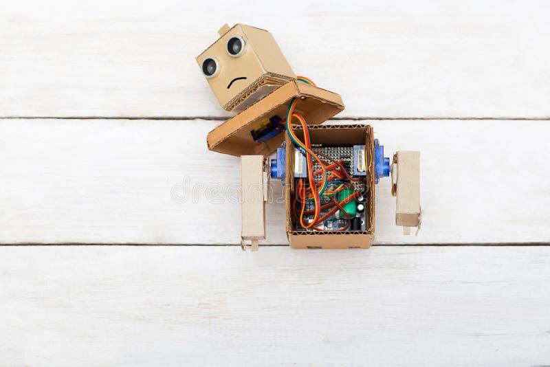Kunstmatige intelligentie - robot met ontmantelde handen Vlak leg stock foto's