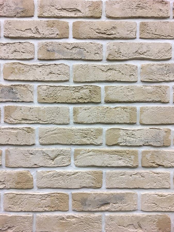 Kunstmatige steen Decoratieve muur van kunstmatige gescheurde steen Steenmetselwerk in geometrisch patroon als achtergrond of tex stock afbeeldingen