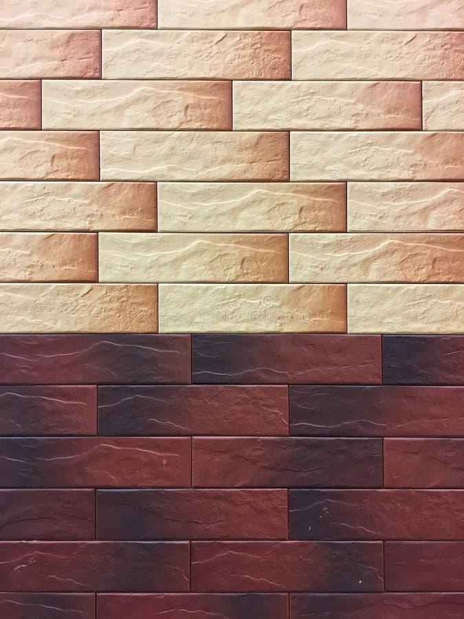 Kunstmatige steen Decoratieve muur van kunstmatige gescheurde steen Steenmetselwerk in geometrisch patroon als achtergrond of tex royalty-vrije stock afbeelding