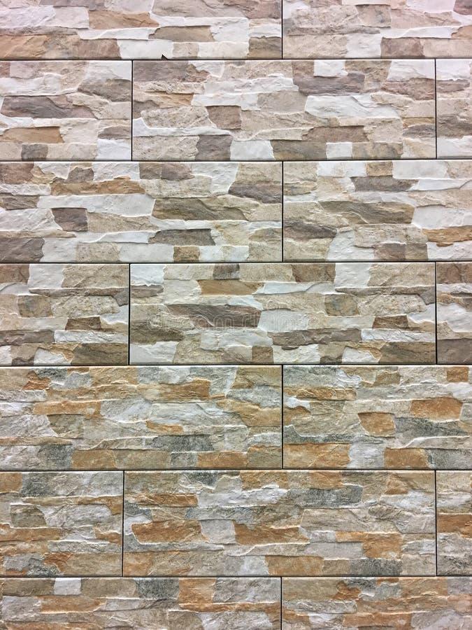 Kunstmatige steen Decoratieve muur van kunstmatige gescheurde steen Steenmetselwerk in geometrisch patroon als achtergrond of tex royalty-vrije stock foto's