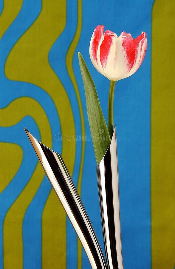 Kunstmatige tulp in metaalvazen stock afbeeldingen