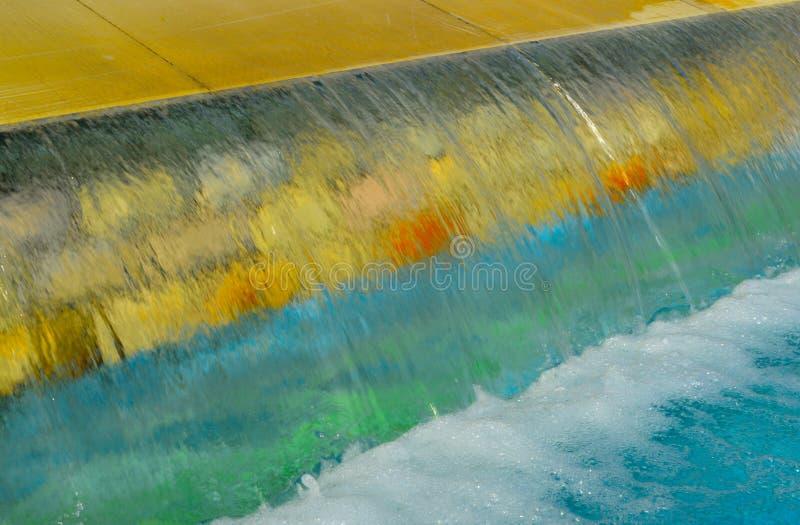 Kunstmatige waterval in het park stock afbeelding