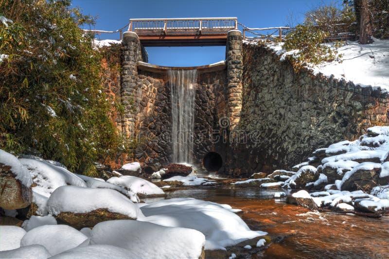 Kunstmatige Waterval in Sneeuw in Asheville Noord-Carolina stock foto
