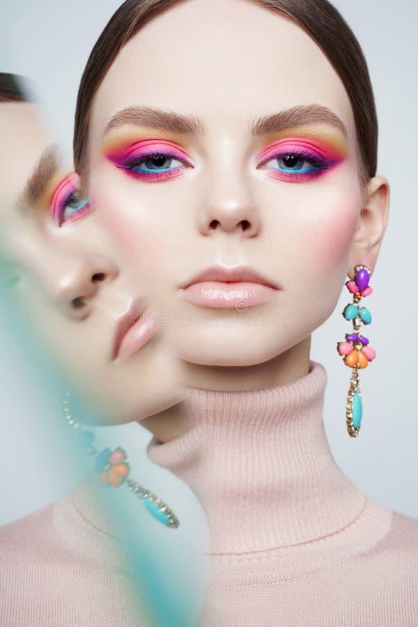 Kunstmode-Studioporträt des schönen Brunette mit Blumenschmuck stockfotos
