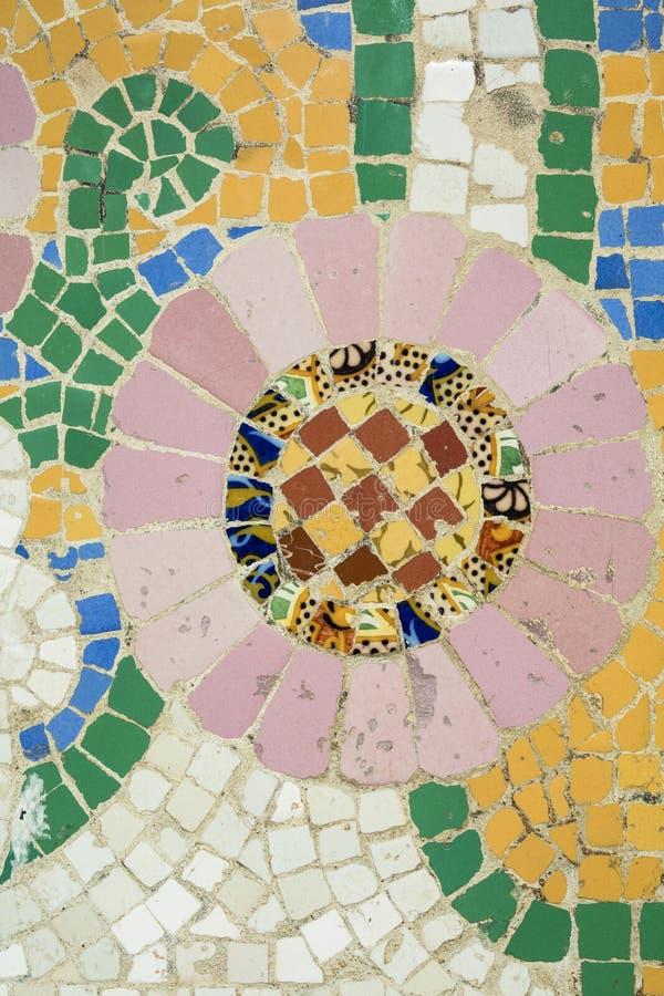 Kunstmosaik Mit Kleinen Bunten Fliesen Draußen Stockfoto Bild Von - Mosaik fliesen draußen