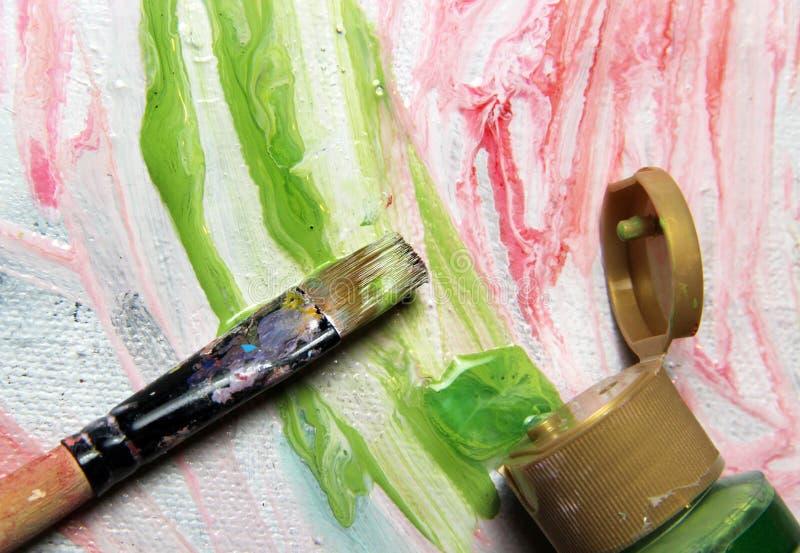 Kunstpalet, penselen en beeld met bloemen stock fotografie