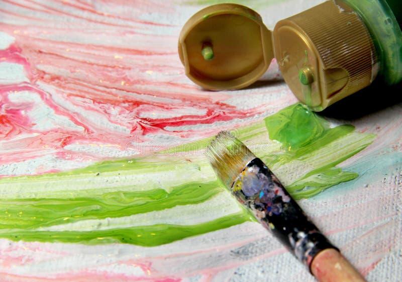 Kunstpalet, penselen en beeld met bloemen stock afbeelding
