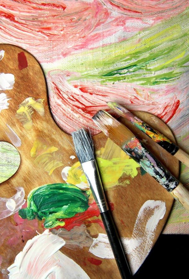 Kunstpalet, penselen en beeld met bloemen royalty-vrije stock afbeeldingen