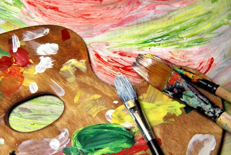 Kunstpalet, penselen en beeld met bloemen stock afbeeldingen