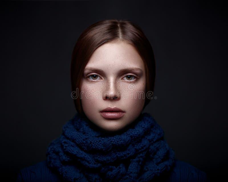 Kunstporträt des schönen jungen Mädchens mit Sommersprossen stockfotografie