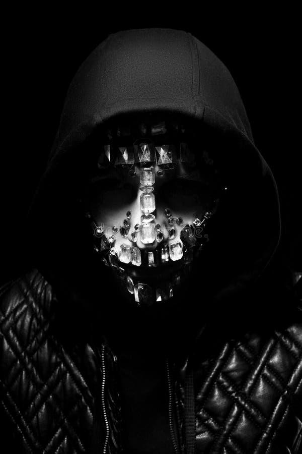 Kunstportret van een mens met een kap met grote bergkristallen op zijn gezicht Geheimzinnige mystieke verschijning van een mens D stock fotografie