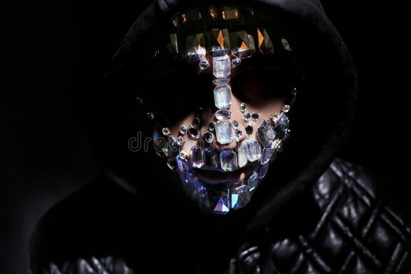 Kunstportret van een mens met een kap met grote bergkristallen op zijn gezicht Geheimzinnige mystieke verschijning van een mens D stock foto's
