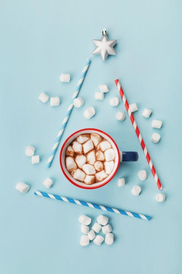 Kunstsamenstelling met kop van hete cacao of chocolade en gestileerde spar op blauwe hoogste mening als achtergrond Kerstman Klau royalty-vrije stock foto's