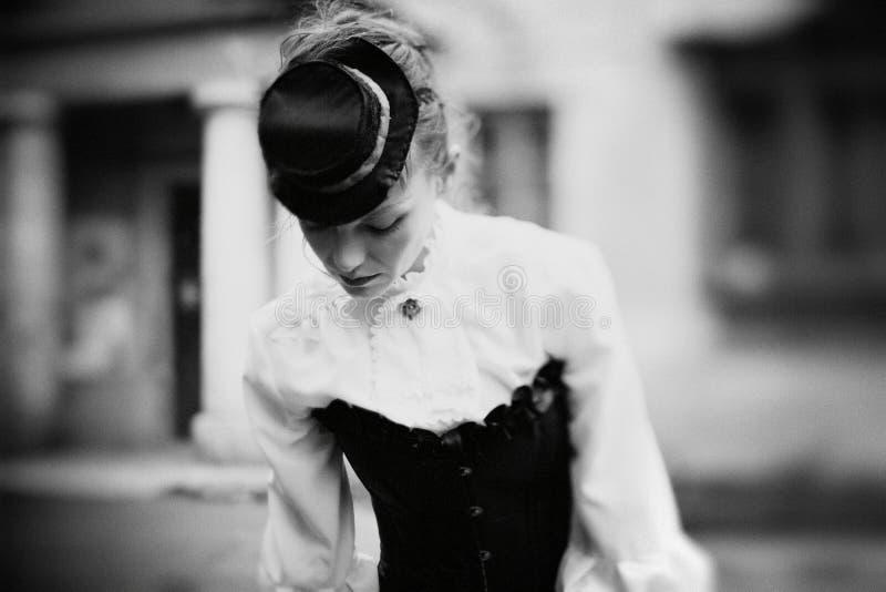 Kunstschwarzweiss-Porträt der Weinlesefrau stockfoto