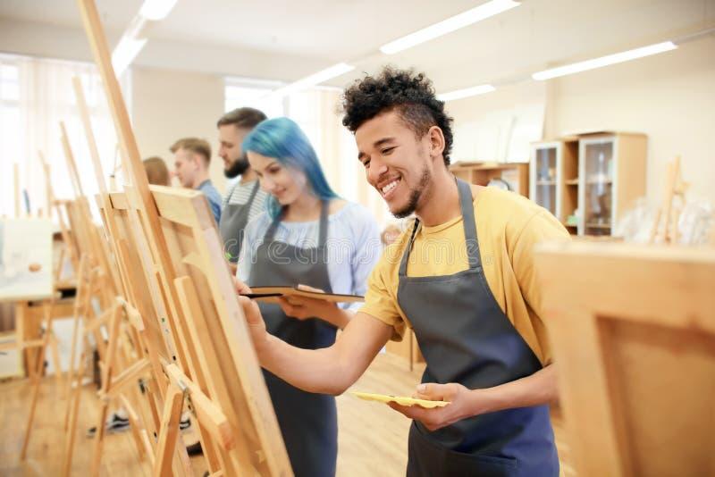 Kunststudenten die in workshop schilderen stock foto