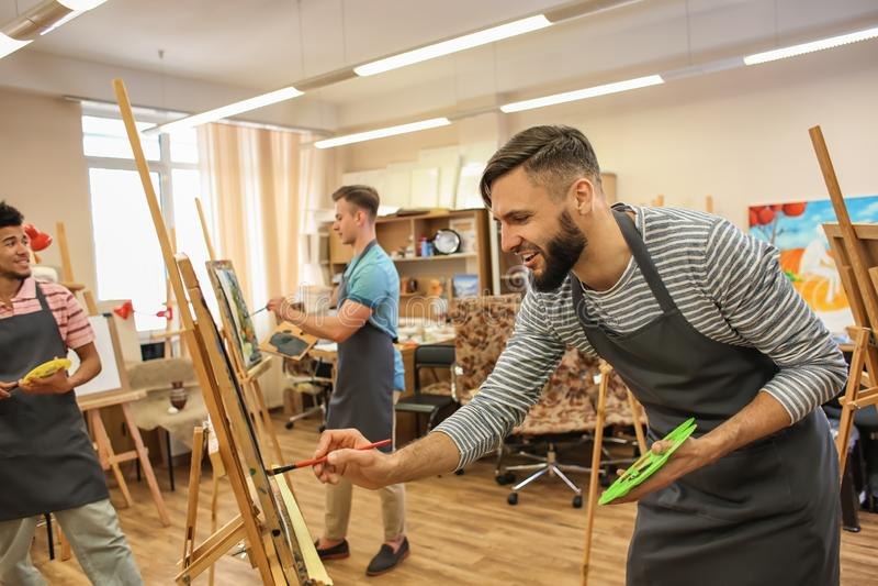 Kunststudenten die in workshop schilderen royalty-vrije stock foto