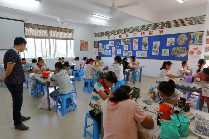 Kunsttalentschüler lernen chinesische Malerei lizenzfreie stockfotos