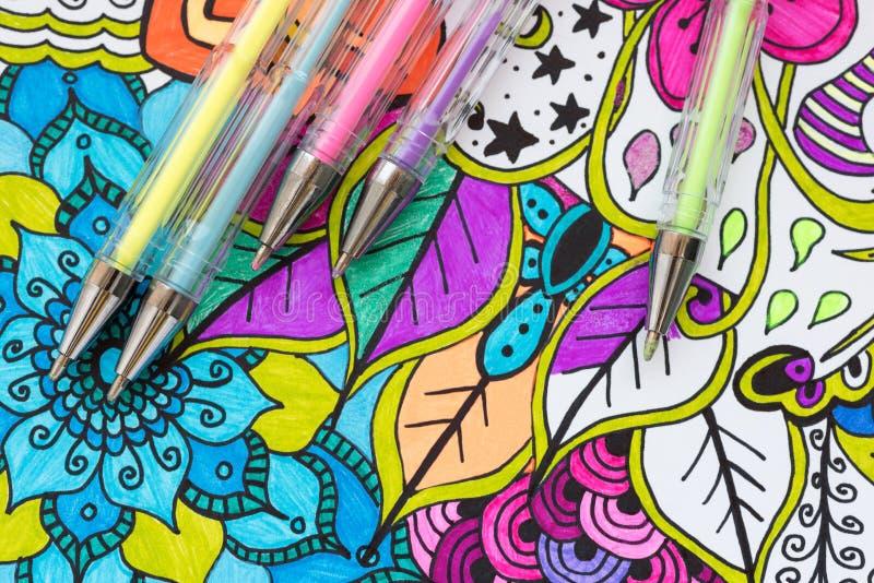 Kunsttherapie, geestelijk gezondheid, creativiteit en mindfulnessconcept De volwassen kleurende pagina met pastelkleur kleurde ge stock fotografie