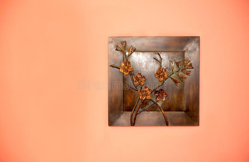 Kunstverwezenlijking van metaal op de muur stock afbeelding