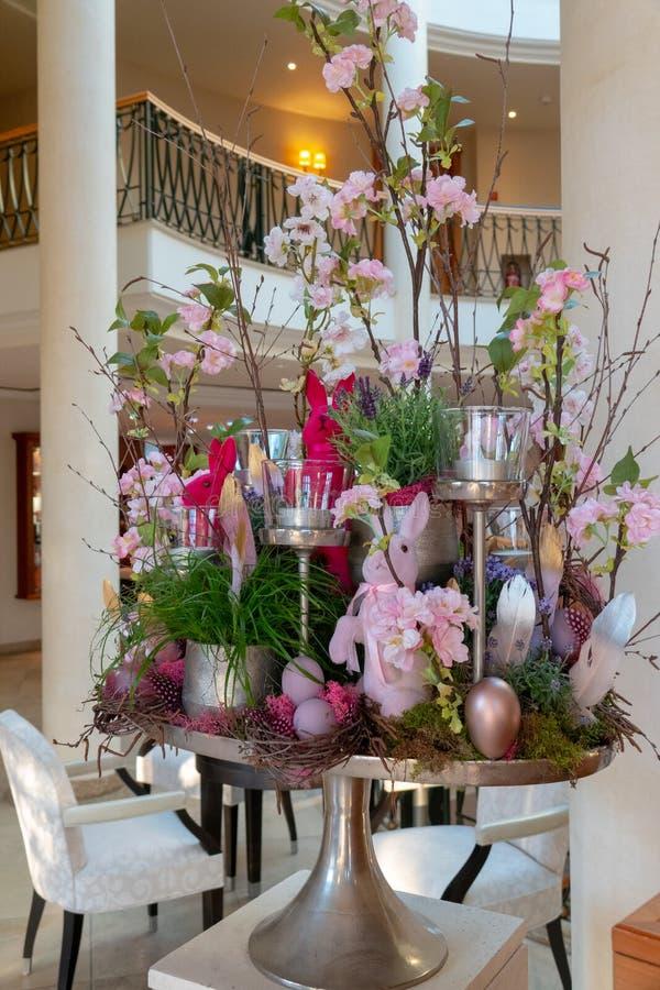 Kunstvoll vereinbarte Ostern-Anordnung steht im Foyer eines Hotels stockfotografie