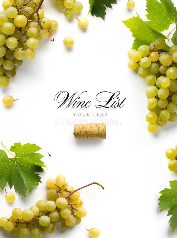 Kunstweinlistenhintergrund; süße weiße Trauben und Blatt lizenzfreie stockfotos