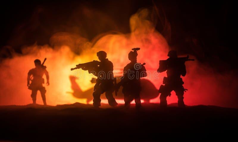 Kunstwerkdecoratie De militairen in de woestijn tijdens de militaire operatie met gevechtshelikopter of Helikopter vallen speciaa royalty-vrije stock afbeeldingen