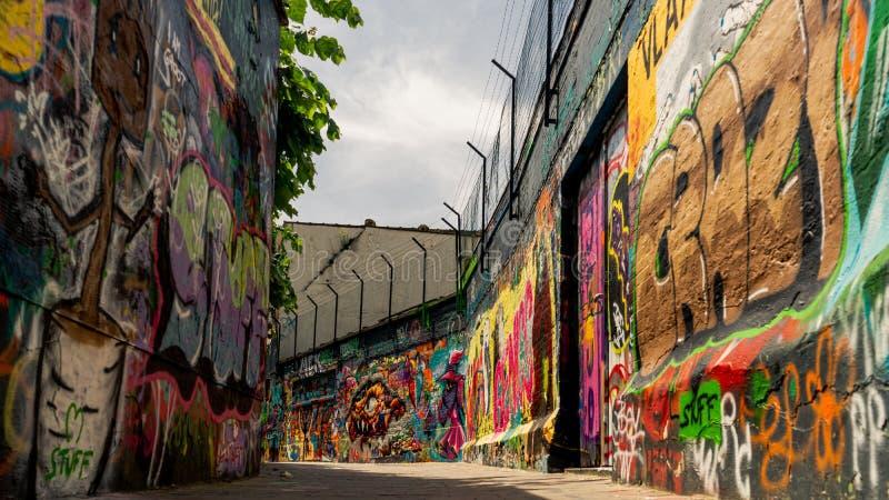 Kunstwerkmening over Graffitistraat stock afbeelding